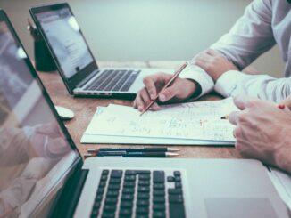 Bankberater und Antragsteller im Kreditgespräch