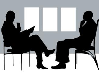 Chef und Arbeitnehmer in einem Gehaltsgespräch: Tipps für eine Gehaltserhöhung