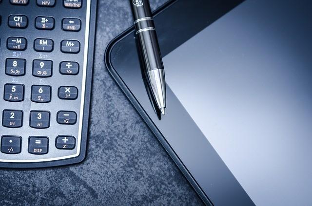 Taschenrechner, Stift und Tablet: Annuitätendarlehen berechnen mit dem Taschenrechner ist gar nicht so leicht! Einfacher ist die Nutzung des Annuitätendarlehenrechners von Kredit-Markt.eu