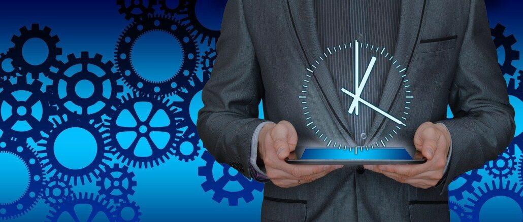 Mann mit Uhr in seinen Händen: Das Bild steht sinnbildlich für mehr Effizienz und bessere Performance am Arbeitsplatz