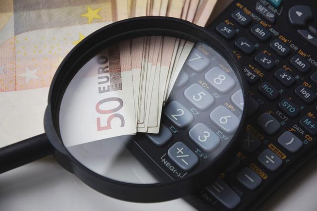 Taschenrechner, Lupe und einige 50-Euro-Banknoten: Man kann die komplizierte Kreditberechnung mit dem eigenen Taschenrechner durchführen. Oder man nutzt einfach den Kreditrechner von Kredit-Markt.eu