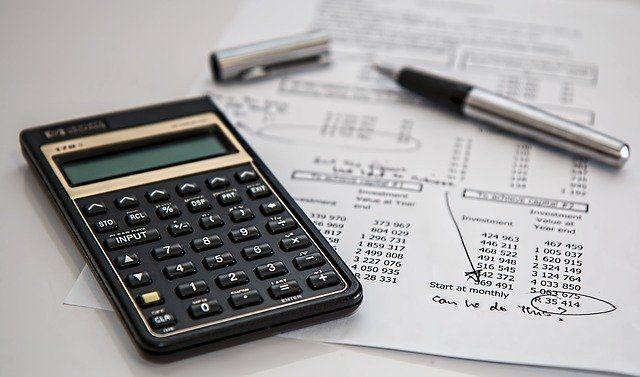 Taschenrechner und Kugelschreiber auf einem Berechnungspapier: mit dem Online Zinsrechner von Kredit-Markt.eu ist es auch ohne Taschenrechner möglich, Kreditzinsen zu berechnen und zu vergleichen