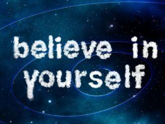 """Selbstbewusstsein: Das Motto """"Believe in yourself"""" auf galaktischem Hintergrund"""
