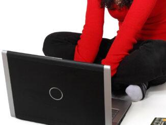 frau benutzt laptop