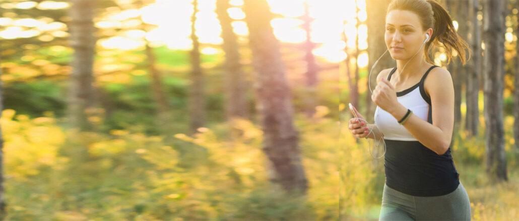 junge frau beim joggen im wald