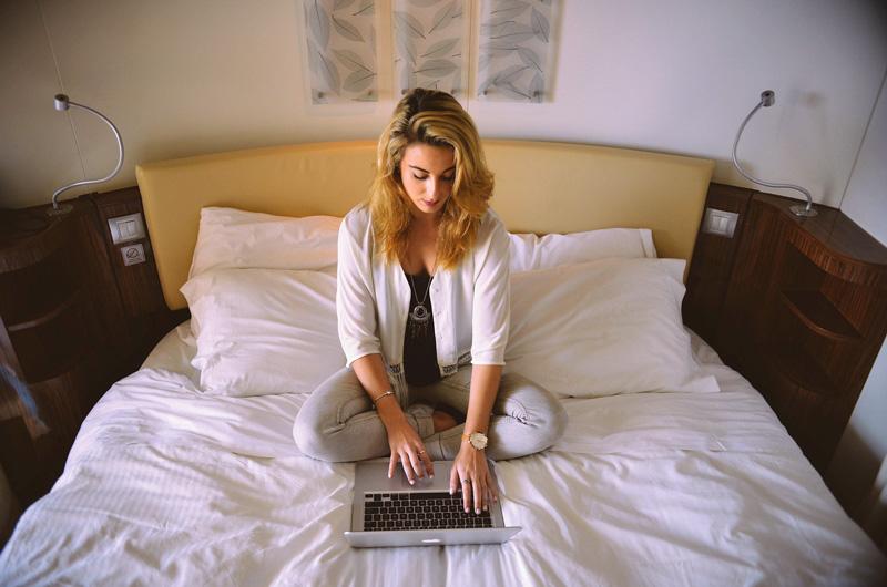 junge-frau-nutzt-laptop