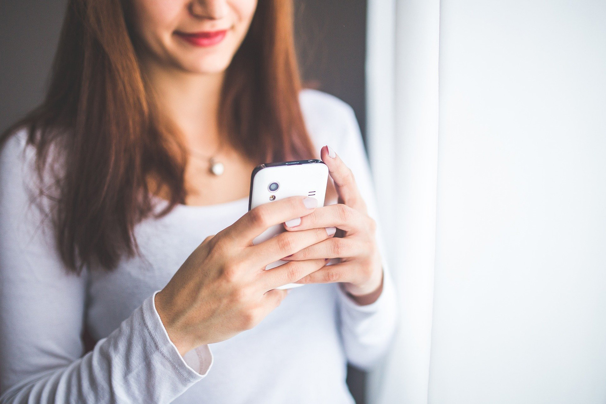 frau macht video id per smartphone