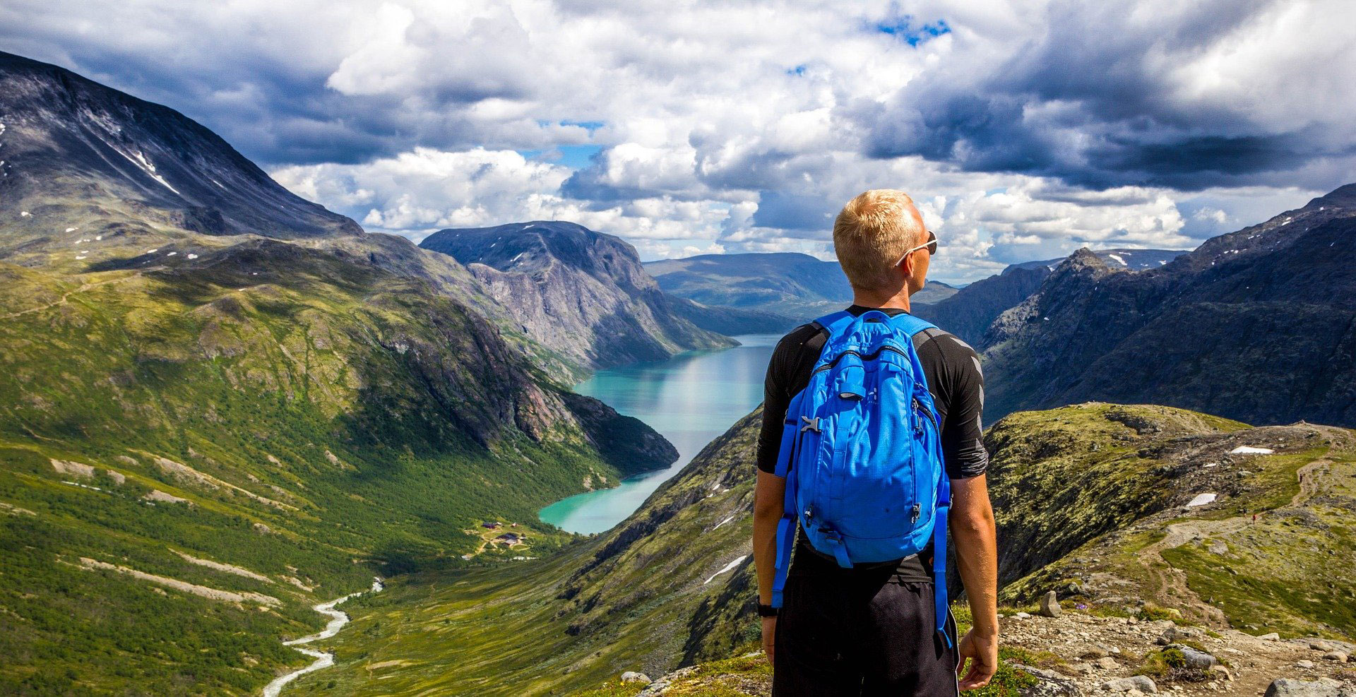 mann wandert in den bergen